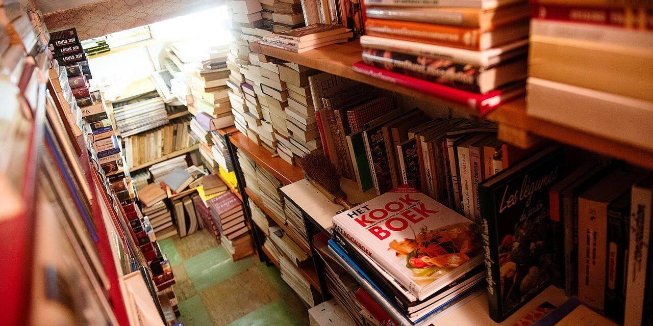 Bruxelles - Evere: Edmond Poellman - Ancien maroquinier et collectionneur invetere de livres. Plusieurs caves de son immeuble sont devolues a sa large collection d'ouvrages en tous genres