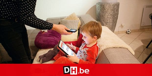 Reportage on the daily life of Oscar, a 3 and a half-year old boy who has type 1 diabetes. Oscar has a glucose sensor and insulin pump. Oscars father scans his sensor to check his blood sugar levels before the evening meal. Reporters / BSIP