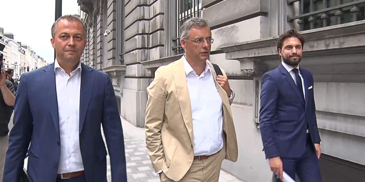 """Le trio fédéral propose un deal """"rouge-vert-bleu"""" pour appâter le SP.A… et le PS"""