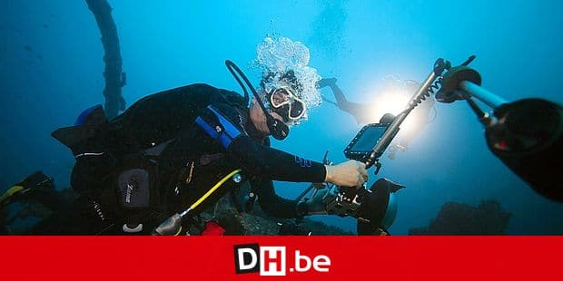 French reporter Alexis Rosenfeld tests a camera connected to a geo-tracking tablet during a diving off the coast of Marseille, on November 1, 2017 before starting his work on the aftermath of hurricane Irma on the coral reef of the French Caribbean island of Saint-Martin. The precise geolocation of these pictures will allow scientists to follow the evolution of reefs and their reconstruction. / AFP PHOTO / BORIS HORVAT