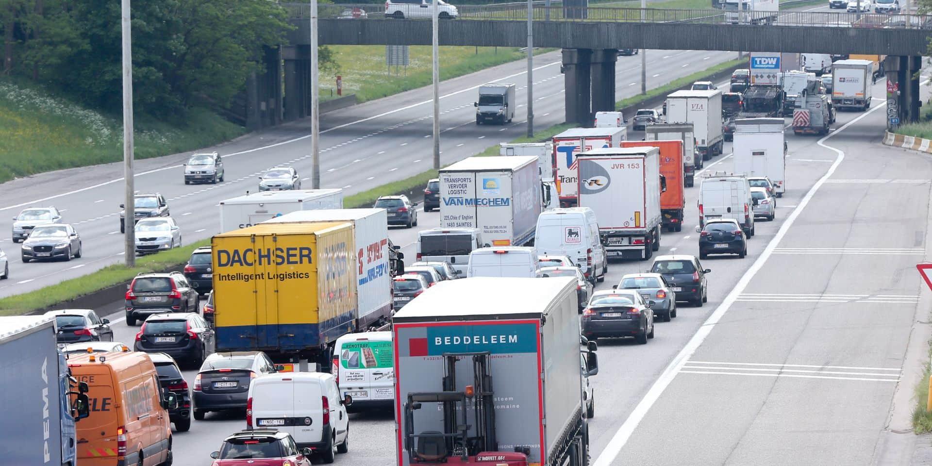 Des embouteillages sur le ring intérieur de Bruxelles à cause d'un véhicule en feu