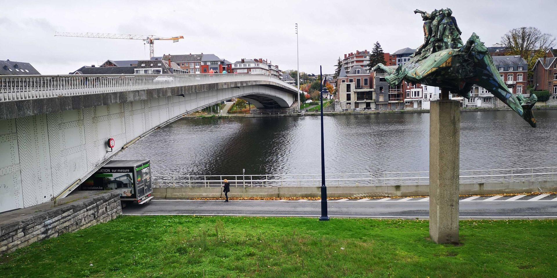 Un camion bloqué sous le pont des Ardennes à Namur