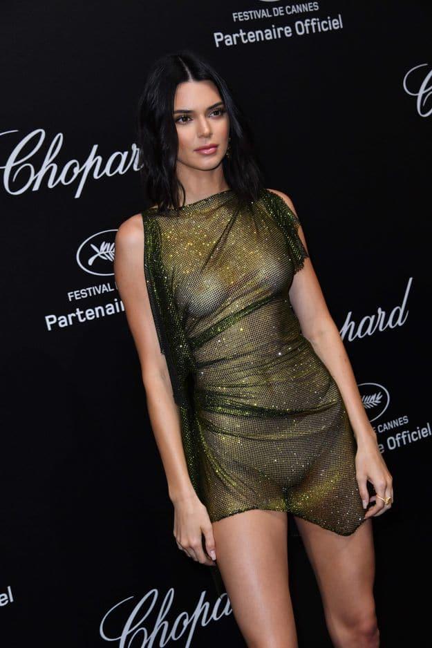 Kendall Jenner a osé la maxi robe transparente sans sous-vêtements en dessous.