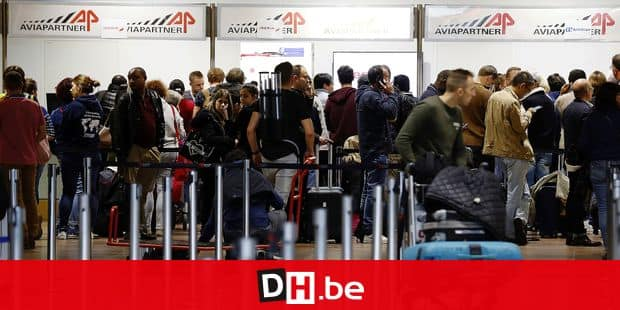 Passengers queueing in the central hall of the airport during a spontaneous strike of personnel of aviation services firm Aviapartner at Brussels Airport in Zaventem, Friday 26 October 2018. BELGA PHOTO NICOLAS MAETERLINCK