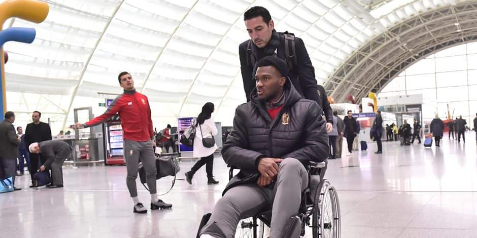 Standard's Obbi Oulare, with a plaster cast on his leg, sits in a wheelchair ahead of boarding a flight back to Belgium, at the airport in Izmir, Turkey Saturday 15 December 2018. Yesterday Belgian soccer team Standard de Liege played Turkish team Akhisar Belediyespor on day six of the Europa League group stage in group J. BELGA PHOTO LAURIE DIEFFEMBACQ