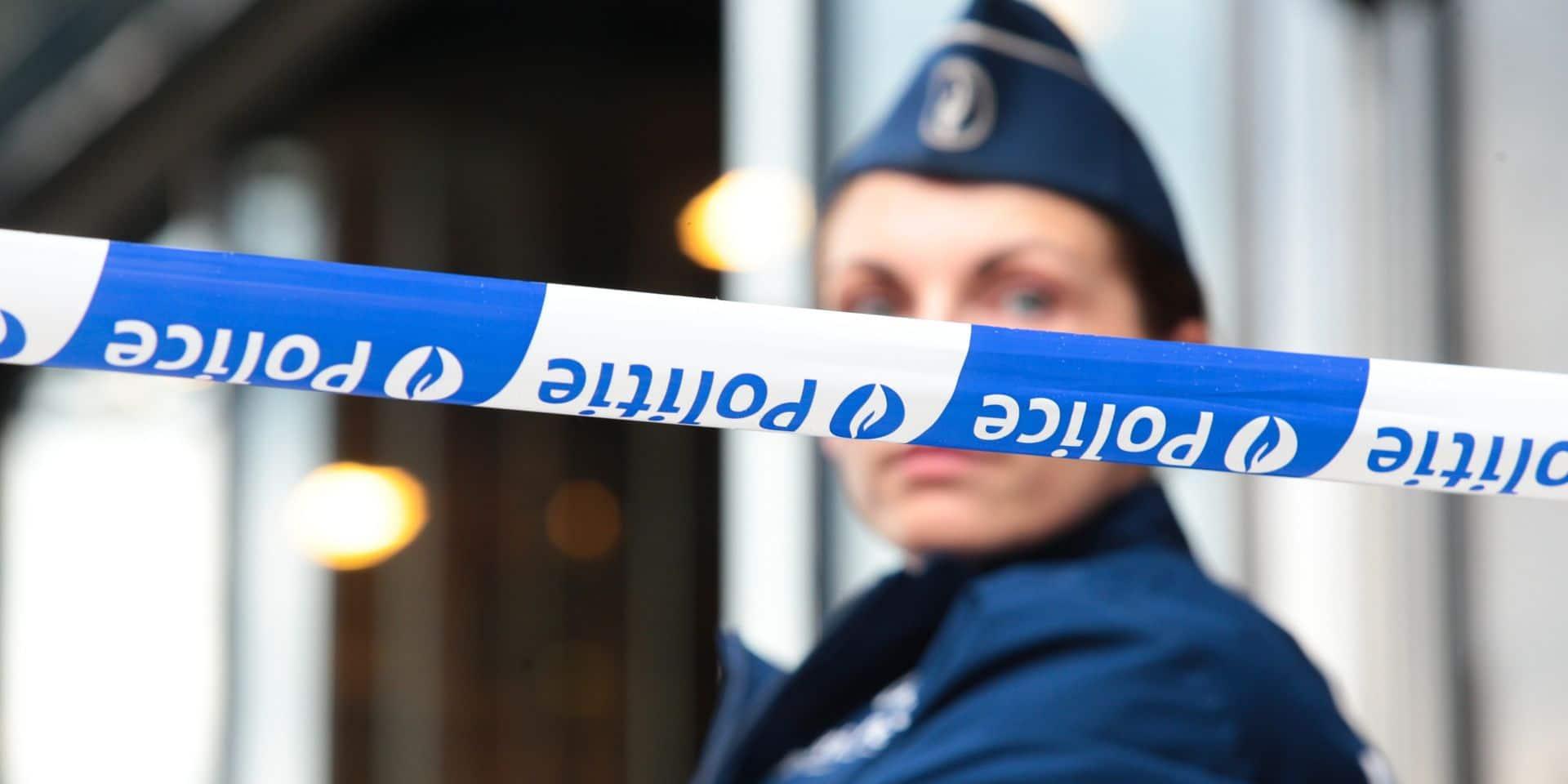 Une femme arrêtée pour l'incendie de véhicules de police à Bruxelles