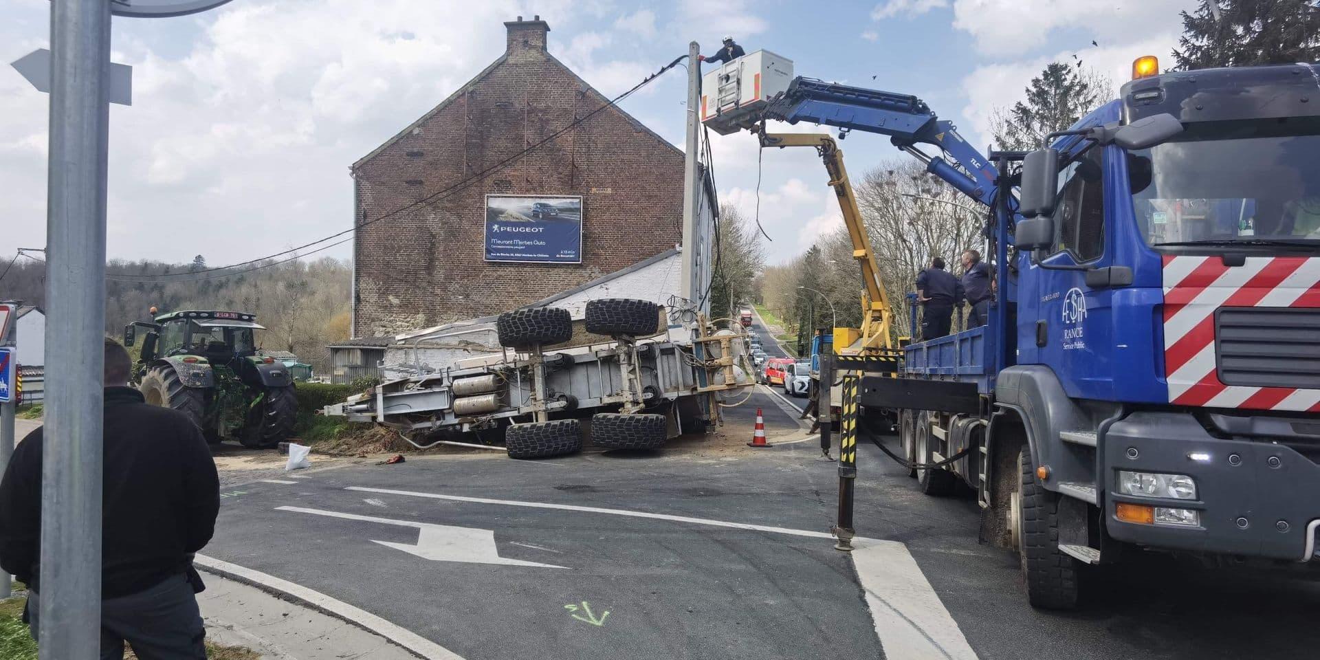 Beaumont: un tracteur perd son chargement sur le nouveau rond-point de Wagram