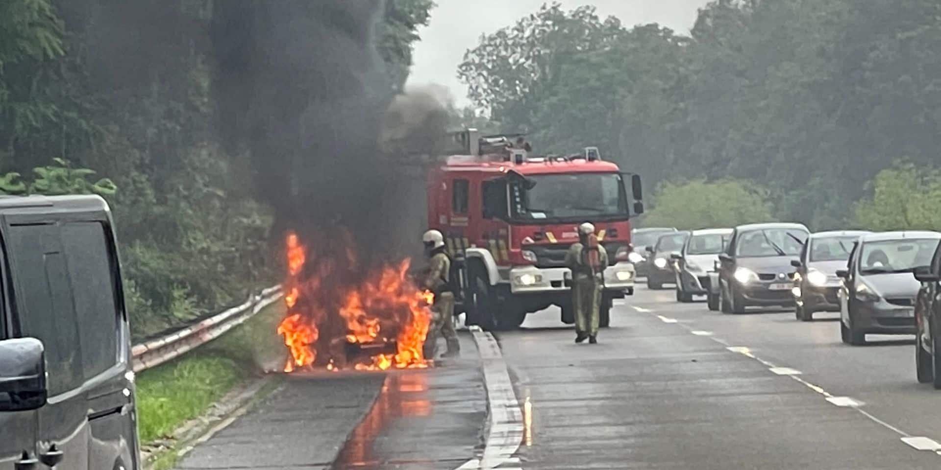 Véhicule en feu sur la N25 à hauteur de Genappe: pas de blessés et l'incendie rapidement maitrisé