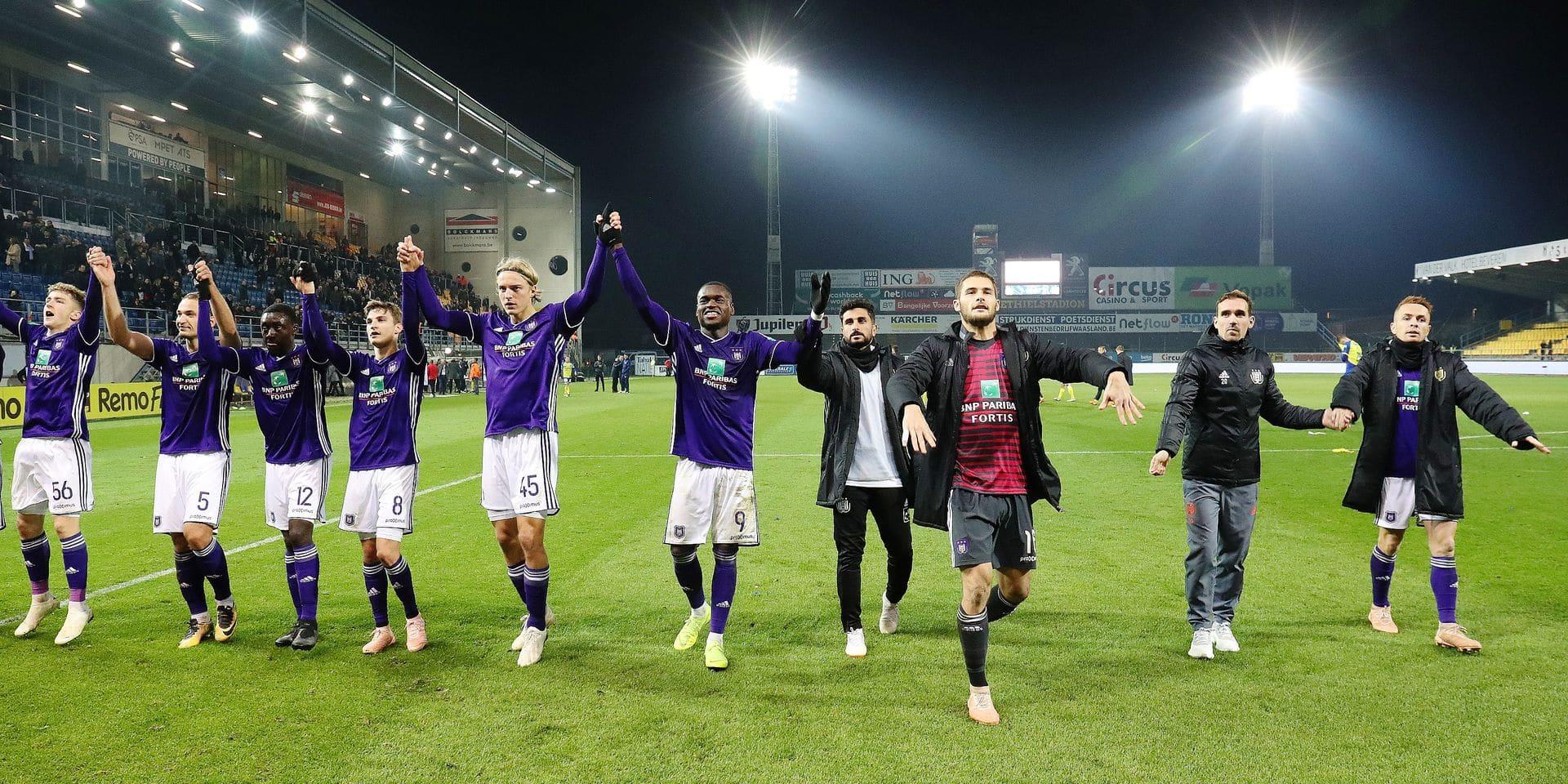 Anderlecht's players celebrate after winning the soccer match between Waasland-Beveren and RSCA Anderlecht, Sunday 04 November 2018 in Beveren-Waas, on the 14th day of the 'Jupiler Pro League' Belgian soccer championship season 2018-2019. BELGA PHOTO VIRGINIE LEFOUR