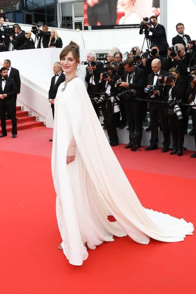 Louise Bourgoin telle un ange en robe ivoire.