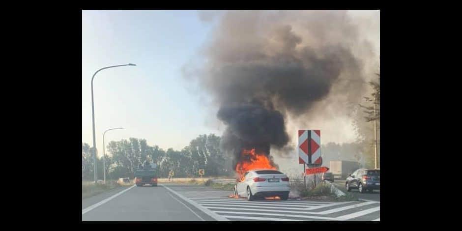 Marquain: une voiture en feu sur l'échangeur de l'A17