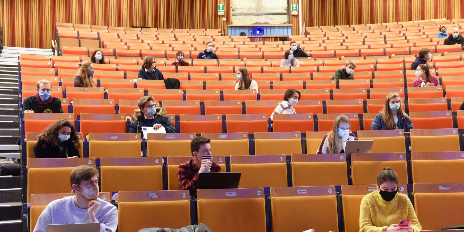 Les étudiants de l'enseignement supérieur reviennent dans les auditoires, ce lundi, en code orange: maximum 20% des effectifs de chaque établissement peuvent être présents à la fois.