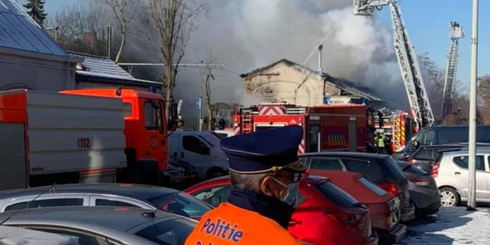 La toiture de l'ancienne gare d'Uccle-Calevoet en proie aux flammes