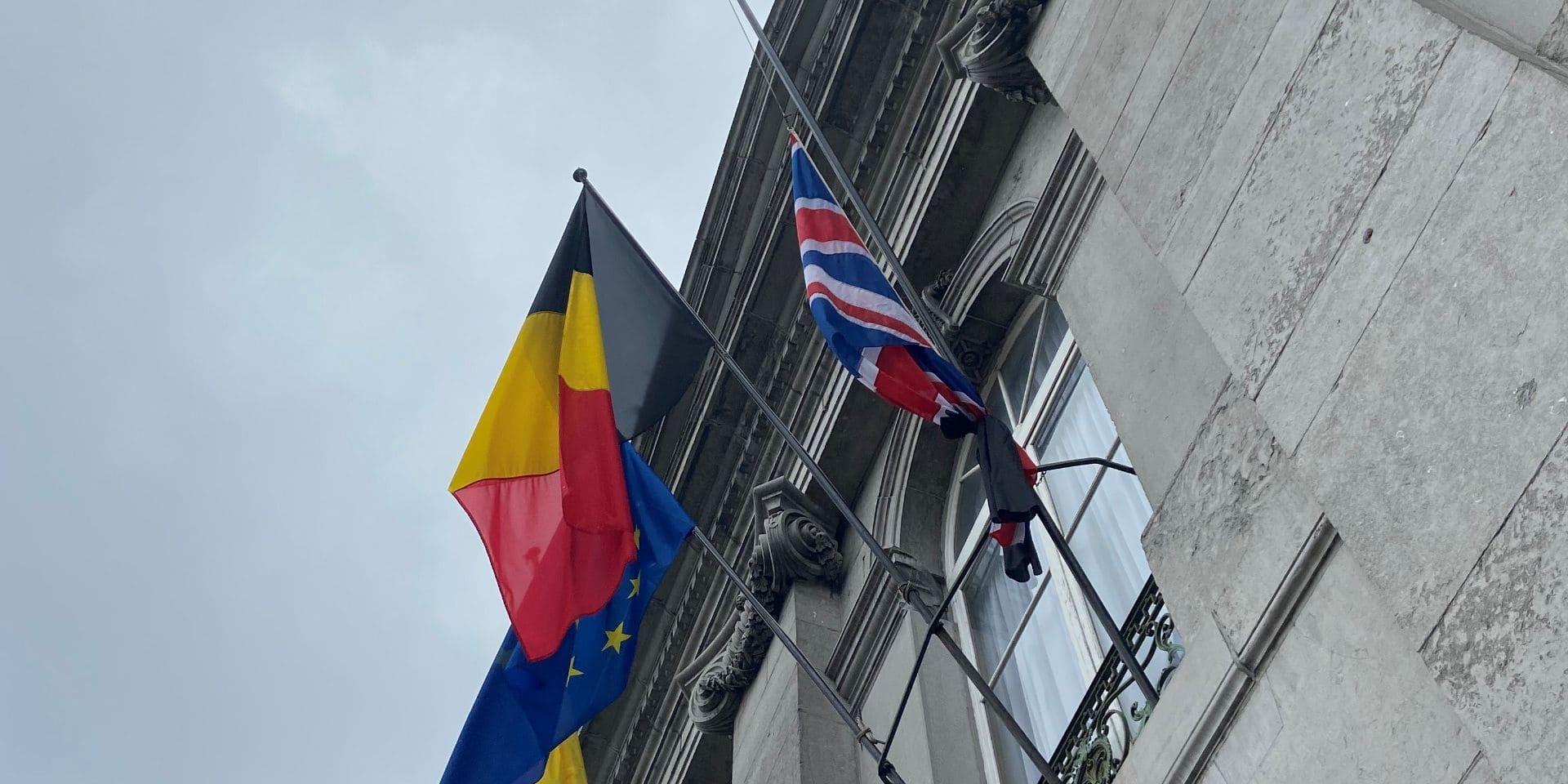 Le drapeau du Royaume-Uni en berne à l'hôtel de ville de Tournai