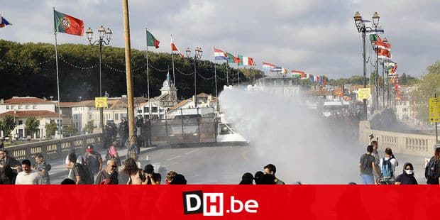 French security personnel fire a water canon during a protest in the city of Bayonne, south-west France on August 24, 2019, on the sidelines of the annual G7 Summit attended by the leaders of the world's seven richest democracies, Britain, Canada, France, Germany, Italy, Japan and the United States taking place in the seaside resort of Biarritz. - More than 9,000 anti-G7 protesters joined a mass march across the French-Spanish border as world leaders arrived for a summit in Biarritz just hours after activists clashed with police. Authorities remain on high alert, with Biarritz on lockdown and police deployed en masse in the neighbouring town of Bayonne as well to keep protesters at bay. (Photo by Thomas SAMSON / AFP)