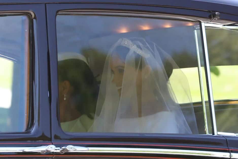 La mariée est arrivée à 13 heures pile devant la chapelle St George en compagnie de sa mère Doria Ragland.