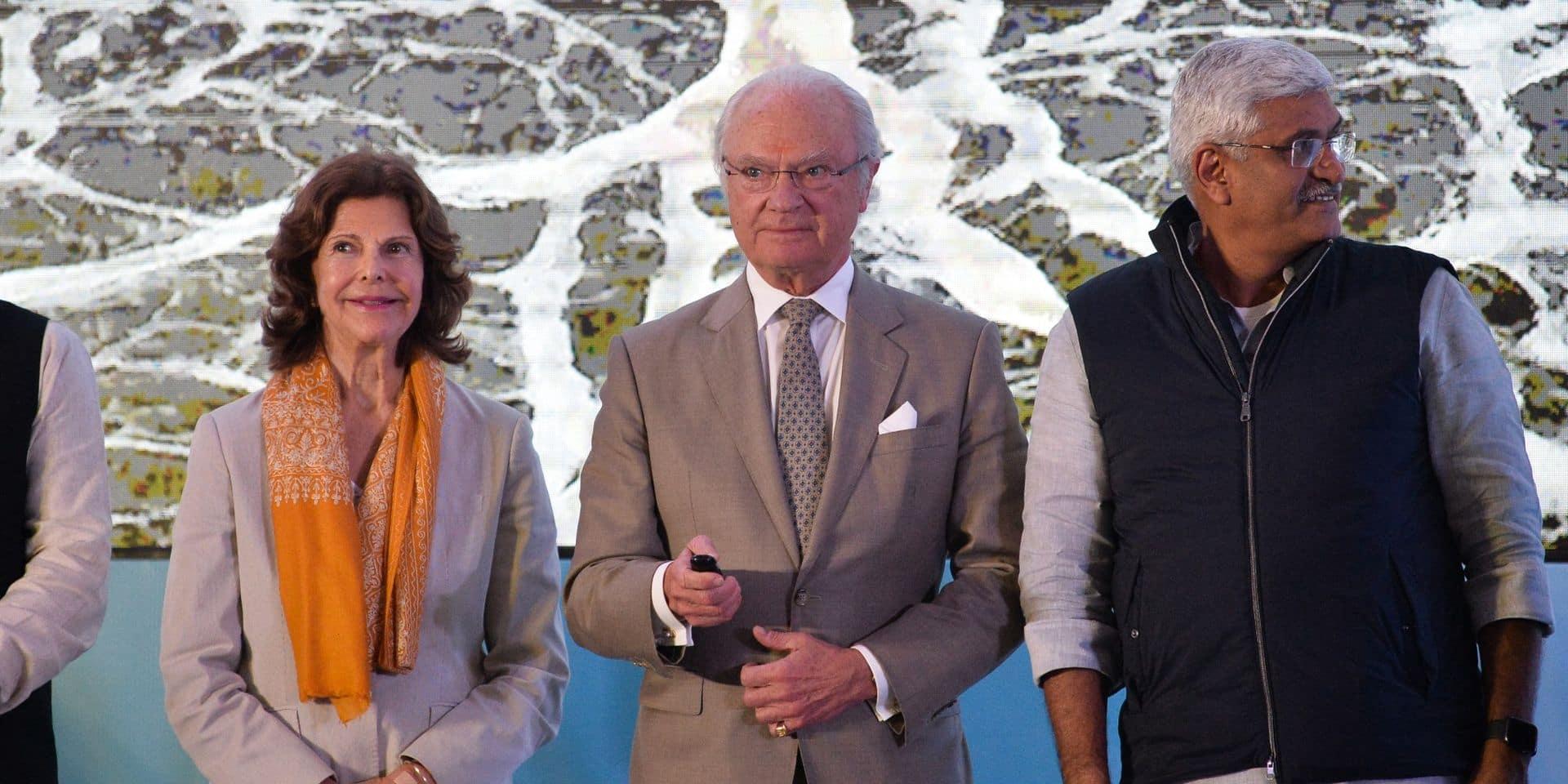 Les souverains suédois nettoient une plage en Inde