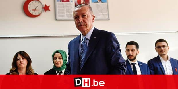 Turkey's President and leader of the Justice and Development Party (AKP) Recep Tayyip Erdogan votes at a polling station after casting his vote during snap twin Turkish presidential and parliamentary elections in Istanbul on June 24, 2018. Turks began voting in dual parliamentary and presidential polls seen as the President's toughest election test, with the opposition revitalised and his popularity at risk from growing economic troubles. / AFP PHOTO / Bulent Kilic