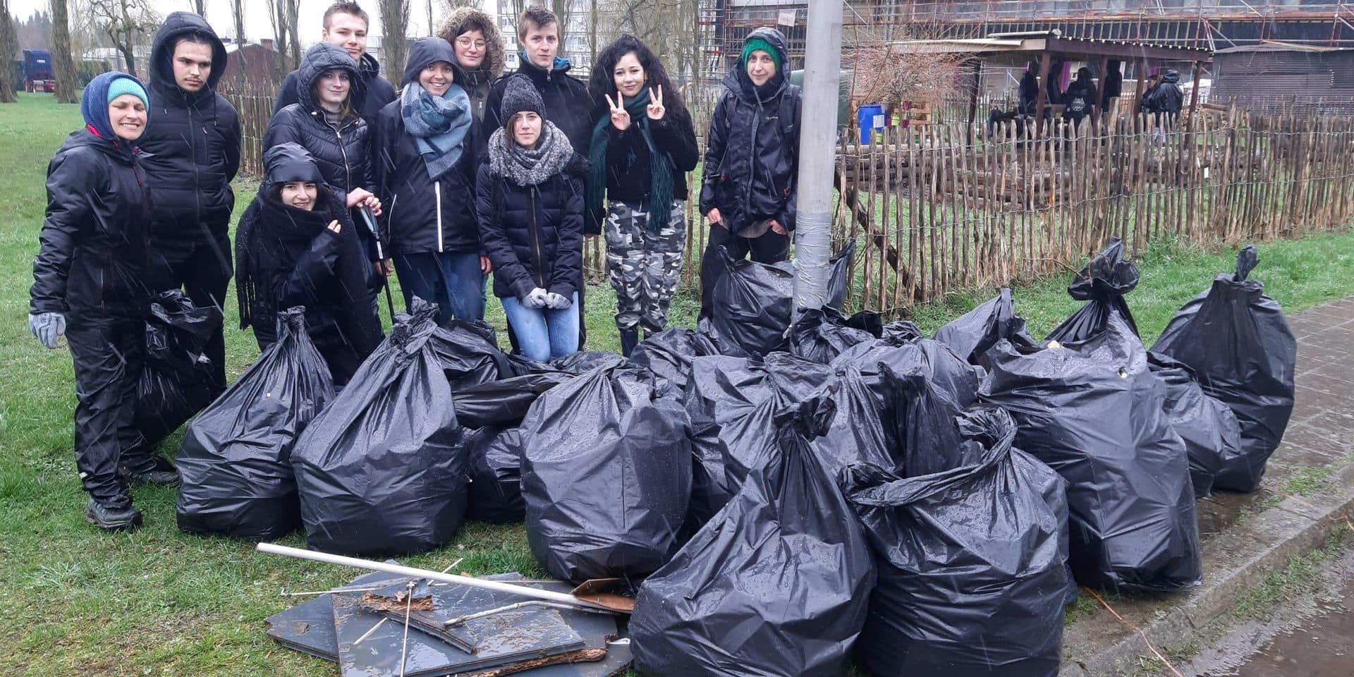 Marcinelle: des jeunes nettoient la cité Parc