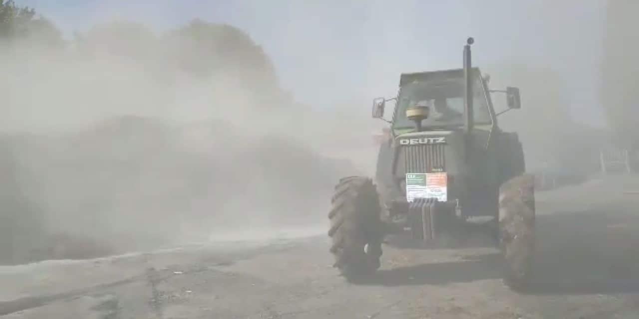 En colère, des agriculteurs épandent de la poudre de lait à Braine-le-Comte