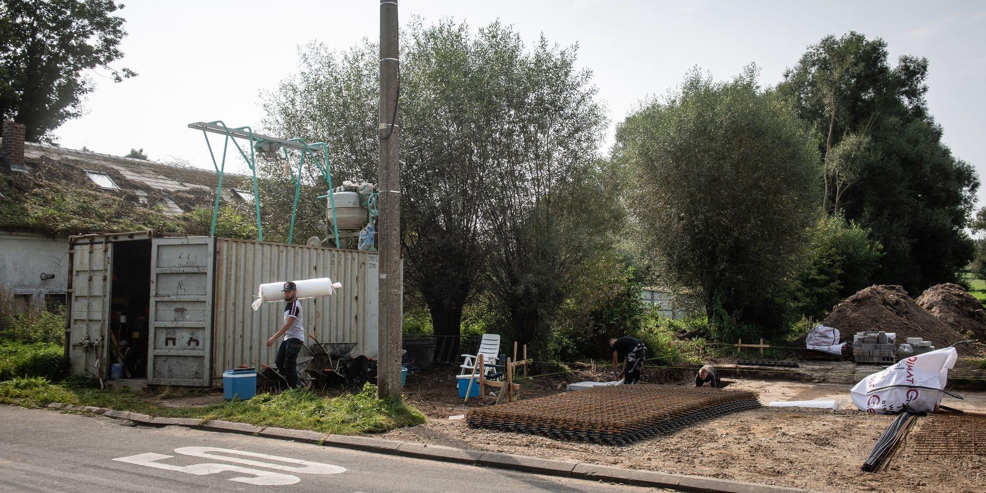 Grez-Doiceau: rue du Stampia - chantier en cours dont le container a été posé sans autorisation prealable sur la parcelle du voisin