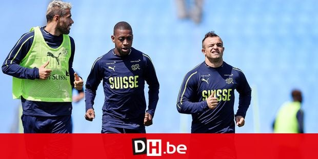 (From L to R) Switzerland's midfielder Valon Behrami, midfielder Gelson Fernandes and midfielder Xherdan Shaqiri warm up during a training session on June 14, 2018 at Torpedo Stadium in Tolyatti, also known as Togliatti, ahead of the Russia 2018 World Cup football tournament. / AFP PHOTO / Fabrice COFFRINI