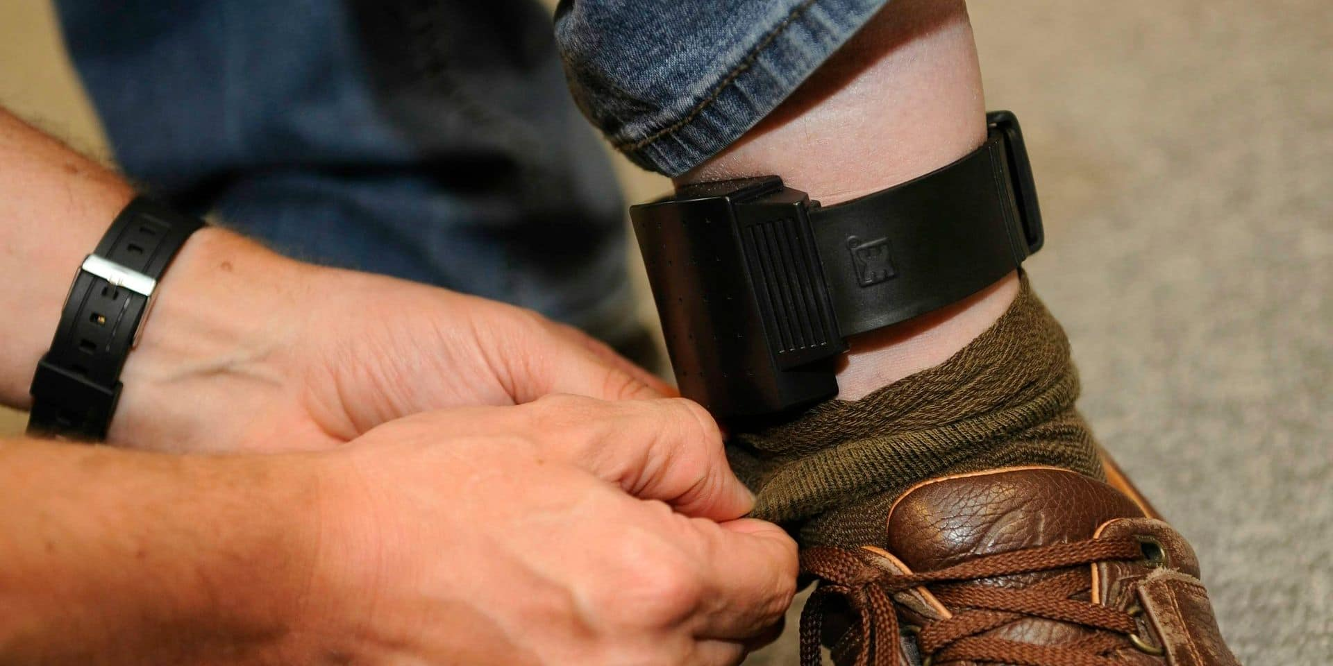 20090527 - BRUSSELS, BELGIUM: Illustration picture of an ankle bracelet, during the visit of Minister of Justice and Institutional Reforms Stefaan De Clerck (CD&V Flemish christian democrats) to the 'Nationaal Centrum voor Elektronisch Toezicht - Centre National de Surveillance Electronique' (National Center for Electronic Surveillance), in Brussels, Wednesday 27 May 2009. The minister announced that 1,010 convicted offenders are under electronic surveillance. BELGA PHOTO DIRK WAEM