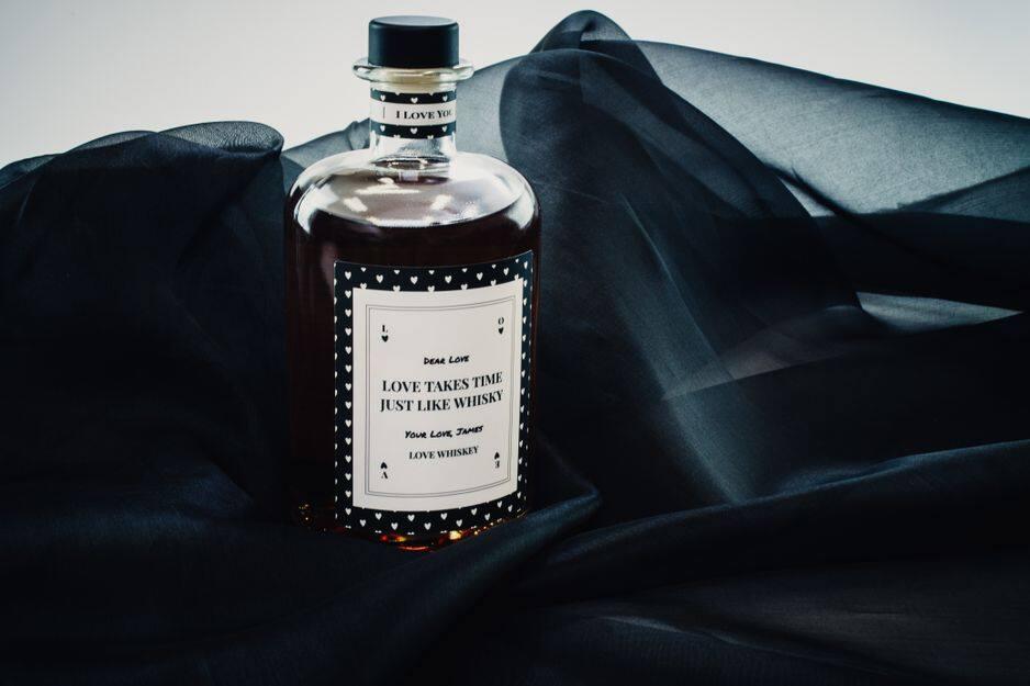 Une bouteille d'alcool personnalisée pour lui faire une déclaration.                                         Make Your Own Spirit.                                               À partir de 34,95 euros