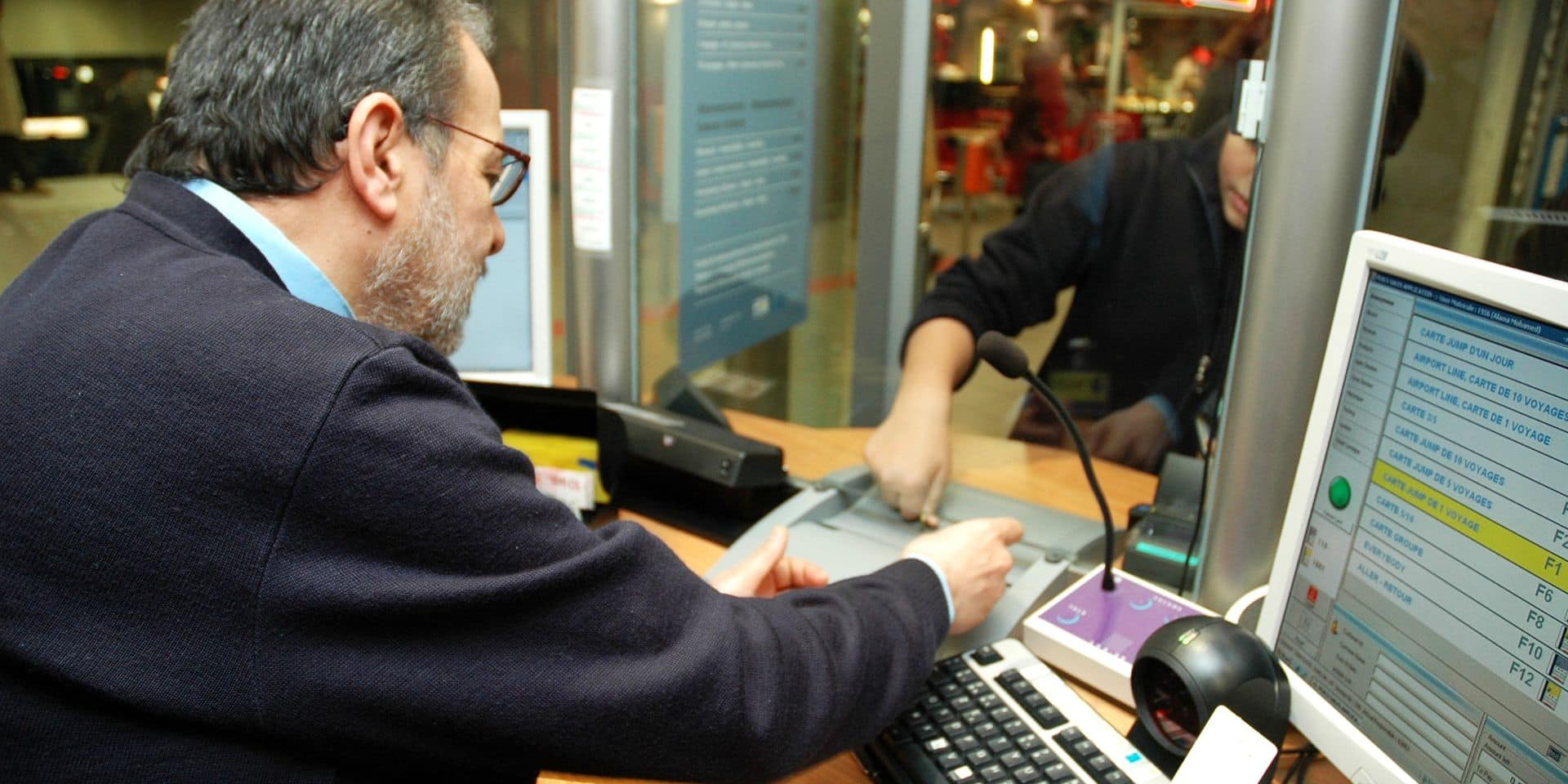 La coordination des sans-papiers de Belgique demande à la Stib le retour du paiement en cash