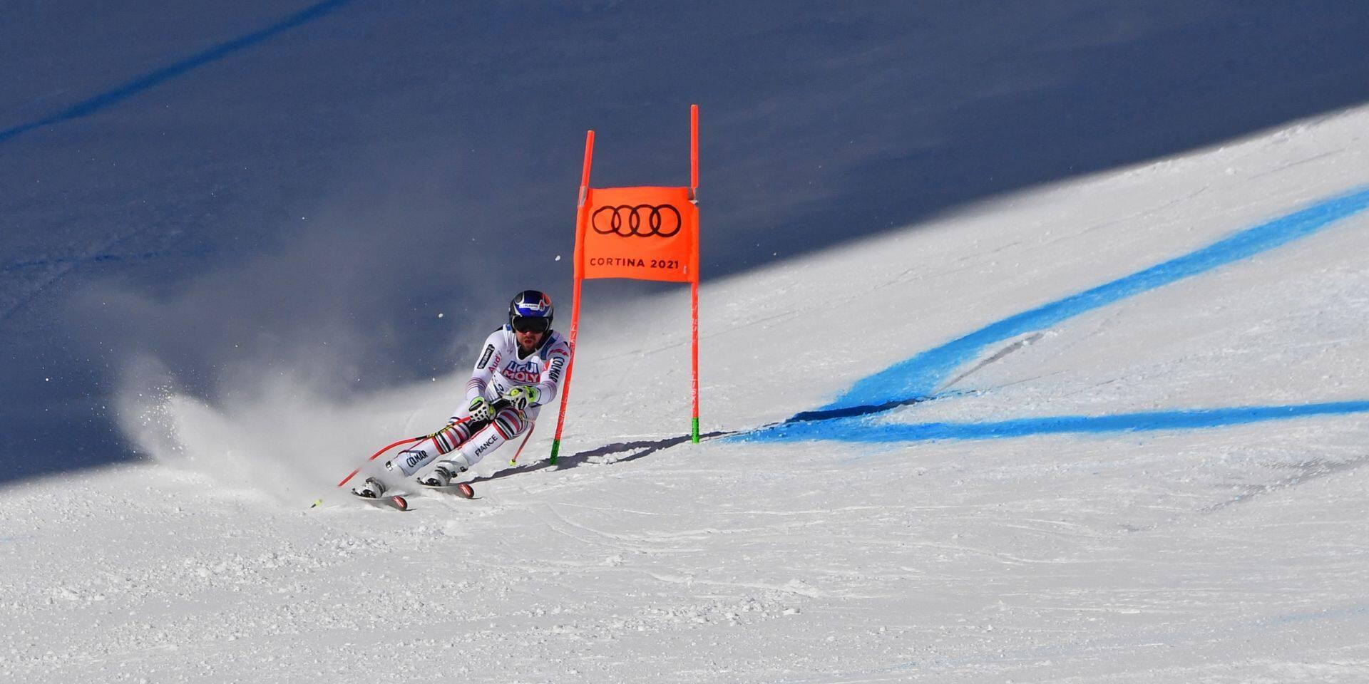 L'incroyable numéro d'acrobate de ce skieur pour éviter une terrible chute (VIDEO)
