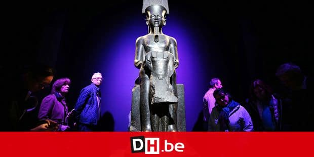 (190403) -- PARIS, April 3, 2019 () -- Visitors view exhibits at the exhibition of artifacts from the tomb of ancient Egyptian pharaoh Tutankhamun in Paris, France, April 2, 2019. Tutankhamun, who died at about 19, became the world's best known pharaoh of ancient Egypt after his nearly intact tomb was discovered by the British Egyptologist Howard Carter in 1922. (/Gao Jing) Reporters / Photoshot