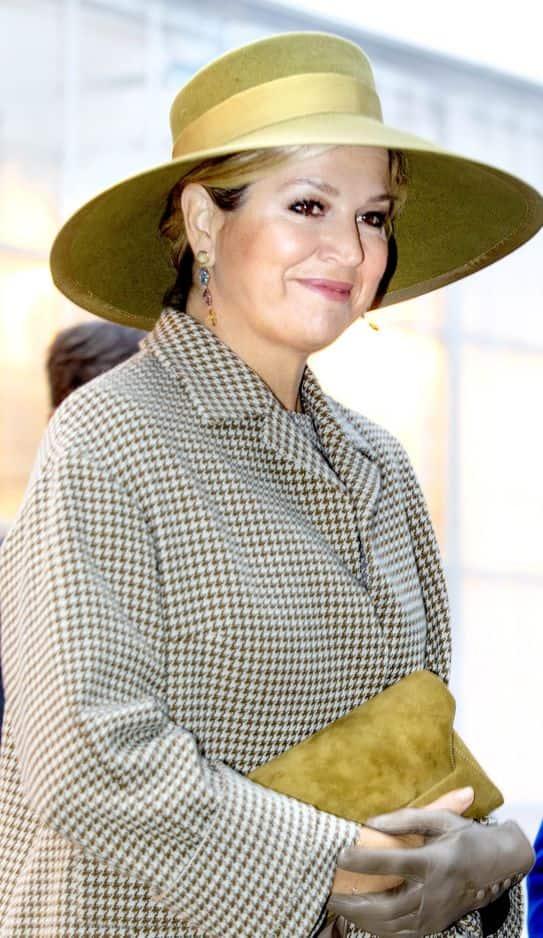 Chapeau large et pied de poule lors de la visite d'un centre d'horticulture. Et un faux-air de la reine Mathilde : les deux reines affectionnent les tenues signées Natan.