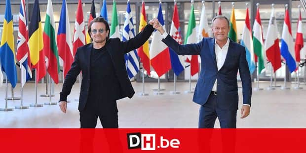 Irish rock band U2 singer Bono (L) poses with European Council President Donald Tusk upon his arrival at the European Council in Brussels on October 10, 2018. - Bono, the co-founder of ONE, a global campaign and advocacy organisation committed to ending extreme poverty, is in Brussels to discuss African development issues. (Photo by Emmanuel DUNAND / AFP)