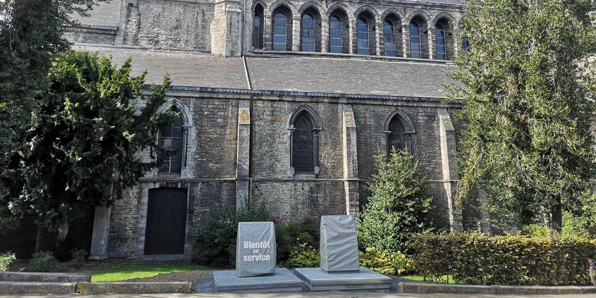 """Deux bacs à déchets """"mal placés"""" près de l'église Saint-Jacques à Tournai"""