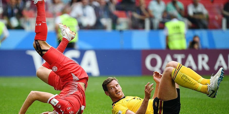 Belgium's defender Jan Vertonghen (R) looks at Tunisia's forward Fakhreddine Ben Youssef as they fall on the ground during the Russia 2018 World Cup Group G football match between Belgium and Tunisia at the Spartak Stadium in Moscow on June 23, 2018. / AFP PHOTO / Kirill KUDRYAVTSEV / RESTRICTED TO EDITORIAL USE - NO MOBILE PUSH ALERTS/DOWNLOADS