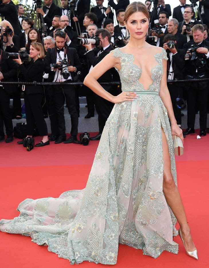 L'animatrice russe Victoria Bonya a osé la traîne avec brio.