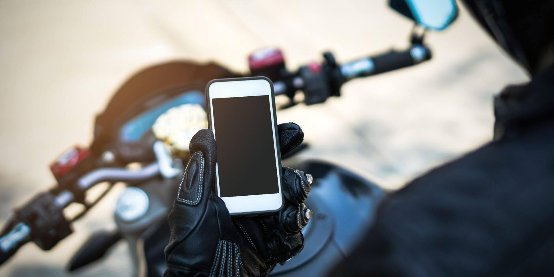 Inquiétant: un conducteur de deux-roues motorisé sur cinq lit ses SMS en roulant