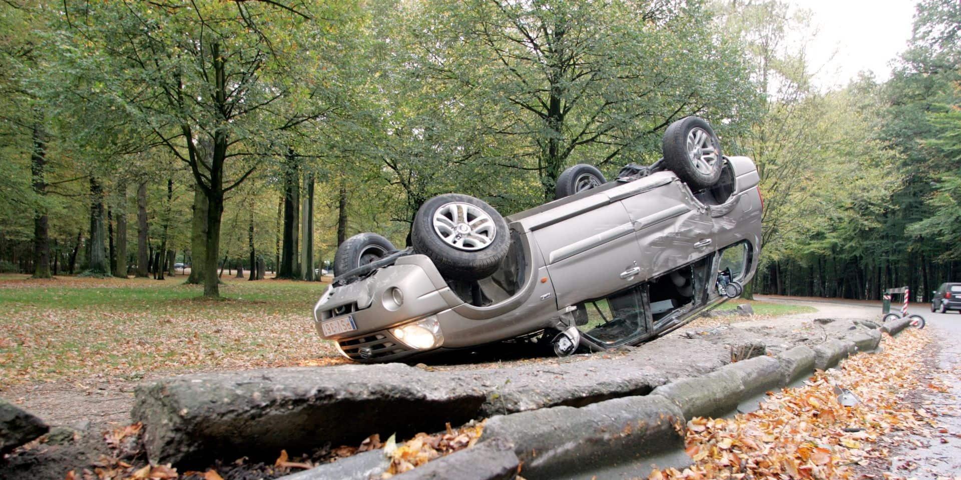 Stavelot: le conducteur d'un véhicule fonce dans des arbres