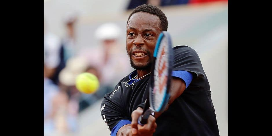France's Gael Monfils returns a shot against Belgium's David Goffin during their third round match of the French Open tennis tournament at the Roland Garros stadium in Paris, France, Friday, June 1, 2018. (AP Photo/Alessandra Tarantino)