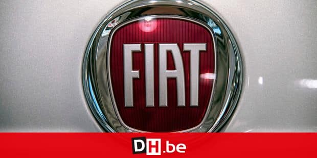 A picture taken on May 27, 2019 at a car dealer in Turin shows the logo of Italian carmaker Fiat, brand of Fiat Chrysler Automobiles (FCA) company. - French and Italian-US auto giants Renault and Fiat Chrysler are set to announce talks on an alliance, with a view to a potential merger, informed sources said on May 26, 2019. (Photo by MARCO BERTORELLO / AFP)
