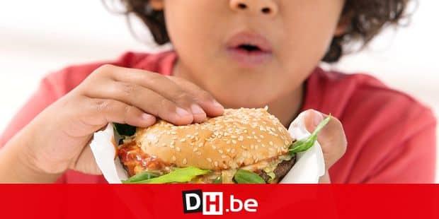 Boy eating a burger. Reporters / BSIP