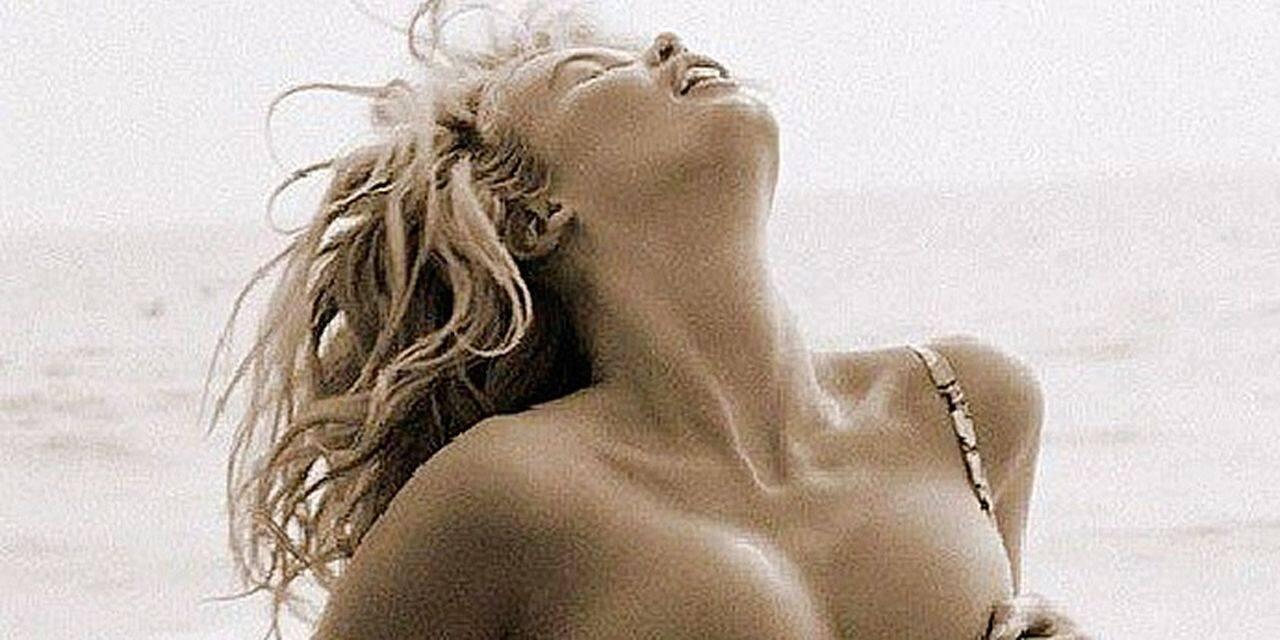 Claudia Schiffer remonte le temps et chauffe ses fans